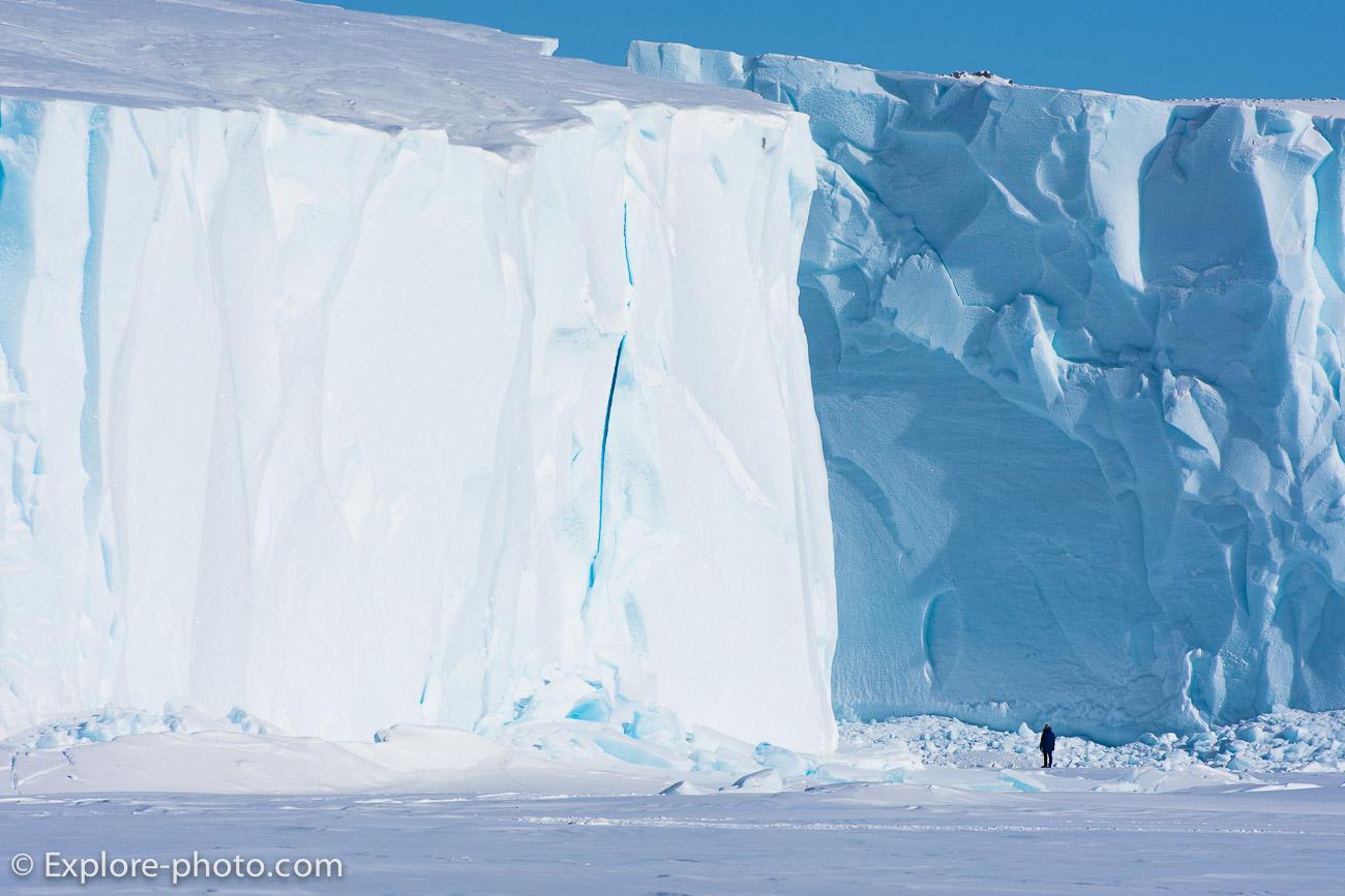 Homme devant Icebergs au large de Qik Baffin